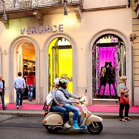 Милано – царство на добрия дизайн.  Все повече българки предпочитат да пазаруват маркови дрехи и аксесоари от Милано. Логично! Италианската модна столица е сбъднатата мечта на шопинг маниаците. На първо място за пазаруване е магазин 10 Corso Como на едноименната улица, където на практика има всичко. А евтините разпродажби са на via Tazzoli. Друг култов моден адрес е бутикът Daad Dantone, (Corso Matteotti 20 и Via Santo Spirito 24/A). Там ще откриете и хитови, и не толкова популярни, но оригинални модни имена и марки. Но щом като сте вече в Милано, ще бъде чудесно да потърсите и дизайнерски кухненски прибори и аксесоари за маса, струва си. В Moroni Gomma на Corso Giacomo Matteotti 14 можете да купите сервиз от серията Daily Aesthetics на доста добра цена. Разбира се, зависи какво търсите - има стоки по 5 евро, има по 500, има и над 1000. Изделията изглеждат като от най-фин порцелан, а всъщност са от висококачествена пластмаса. Истински порцелан търсете в Taitu, via Bigli 16. А в Abito Qui (Piazza Carlo Mirabello 5) ще откриете неподозирани изненади - от груби, ръчно изработени съдове и ленени покривки, до свръхлуксозни сервизи и меки памучни тъкани.