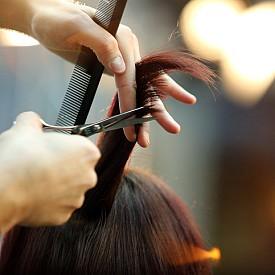 Подстригвайте по-често в сезоните, в които организмът ви обикновено страда от липса на витамини, като пролетта. Сезонните умора и стрес също влияят негативно на косата. Честото подстригване на краищата ще я енергизира.