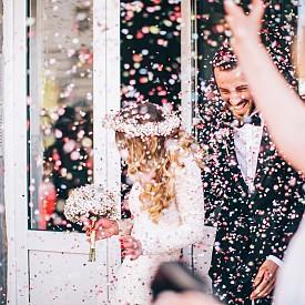 От 23 юли до 22 август - ЛЪВ - Show must go on! Заложете на тази песен за сватбеното си тържество, ако случайно то се пада в периода на властването на небесното лъвче. Това е химнът на вашия брак - театрален и страстен. Творчеството, ентусиазмът, лоялността и възбудата са характеристиките за целия ви брак. В този темпераментен съюз, дори най-скромните и срамежливи хора неочаквано започват да изразяват своето силно мнение и да претендират за своите права. Романтиката и сексуалното желание винаги са в изобилие, но и двамата партньори развиват навика да драматизират събитията и да възприемат всичко твърде близо до сърцето. И патронажа на Лъва може да доведе до вътрешна борба за власт, така че внимавайте с егото.