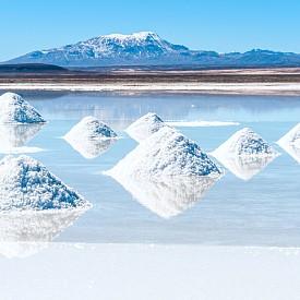След дъжд Салар де Уюни в Боливия се превръща в най-голямото естествено огледало на света. Магическият ефект се получава благодарение на плитката и спокойна вода, която създава илюзията, че се намирате сред облаците.