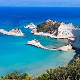 6. КОРФУ, ГЪРЦИЯ. Вторият по големина от Йонийските острови и един от най-красивите в Гърция. Бреговете му, които мият Средиземно, Адриатическо и Йонийско море, са с безброй красиви заливчета и плажове, но повечето са достъпни само пеша или с лодка по море. Нос Драстис (на снимката) е едно от най-разкошните места, където може да запечатате спомените си с камера.