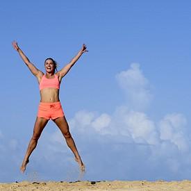 Странични скокове за цялото тяло. Застанете изправена с крака, малко по-широко разтворени от ширината на раменете. Наведете се до долу и докоснете земята. Рязко скочете с вдигнати ръце, като се придвижите надясно. Приземете се с раздалечени крака, след което отново клекнете по същия начин. Скочете наляво и се приземете леко. Повторете около две минути.