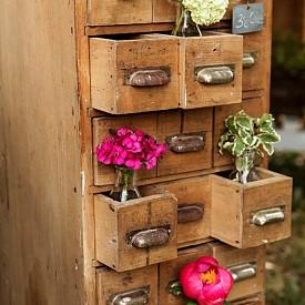 Един от скриновете на баба ви, който също се озовава във вашата градина. Издърпайте някои от чекмеджетата и поставете малки саксии, където пожелаете. Получавате чисто нов нестандартен цветарник.