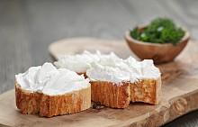 Закуска – хлебче с прясно сирене. Разрежете на две едно ръжено хлебче. Намажете половинките със 100 г прясно сирене (0,2% масленост). Едната половинка посолете със сол и черен пипер и поръсете със ситно нарязан див лук, на другата намажете 1 лъжичка мармалад от сливи. Около 200 калории