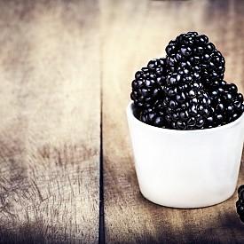 Тя заема първото място в няколко проучвания за суперпродукти. Препоръчителната дневна доза е чаена чаша от тези плодове. Тайната на успеха на черната боровинка е в повишеното съдържание на антиоксидантите антоциани – пигменти, които придават на плодовете на растението характерния син цвят. Антоцианите са важни за нормалната работа на мозъка в напреднала възраст. Смята се, че имат противораково действие. Според някои изследвания черната боровинка подобрява зрението, намалява нивото на кръвната захар и оказва подмладяващ ефект. Антоциани има и в касиса.