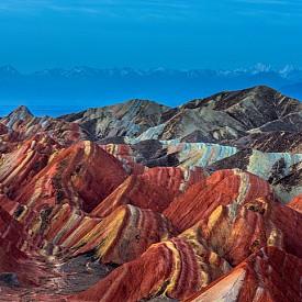 На красива детска рисунка приличат планините Данксия в Китай! Това уникално цветно творение се е формирало от слоевете червен пясък, годините, ерозията и атмосферните условия. Затова не е изненада, че те са включени в списъка със световно наследство на ЮНЕСКО.