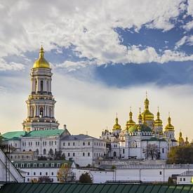 Само за миналата година, не и без любезното съдействие на Европейското първенство по футбол, броят на туристите в украинската столица се е увеличил с 19%. Но дори да няма спортен турнир, Киев е страхотно място за туризъм. Основан през V век, градът може да се похвали с исторически символи от почти всички епохи. Задължително отидете в Музея на Великата отечествена война, пред който се извисява статуята на Майката Родина. Оттам се открива и страхотна гледка към Киев.