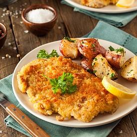 Обяд –  шницел с картофена салата Начукайте едни шницел от нетлъсто свинско месо, разрежете го по средата и посолете със сол и черен пипер. Разбийте един белтък в дълбока чиния, отделно сипете 15 г брашно в друга чиния, натопете шницела първо в белтъка, после в брашното и пържете в тиган с 1 ч. л. олио около 3 минути до златисто от двете страни. Сварете 175 г картофи, нарежете ги за салата, добавете 1 малка глава ситно нарязан лук и овкусете с дресинг от по 1 ч. лъжичка олио, оцет и горчица. Сервирайте шницела с картофената салата. Около 400 калории
