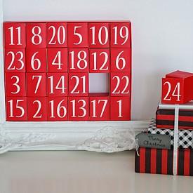 Друг вариант са малки картонени кутийки с подаръци, събрани в една по-голяма кутия.