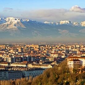 """Този прекрасен град в северна Италия досега е оставал в сянката на Рим и Милано. Но през 2016 г. над половин милион туристи са минали през Торино и така градът се нарежда сред една от най-желаните дестинации в Европа. Центърът му е не просто красив, а величествен!  Отидете до парка """"Валентино"""", където има замък от XVIII век, ботаническа градина и средновековно селище. Посетете и Египетския музей. Да, няма грешка! В него ще откриете най-величествената колекция от египетски артефакти в света."""