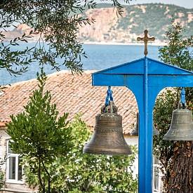 Камбанарията на църквата на о. Бургазада