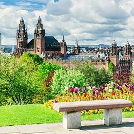 Столицата на Шотландия е един наистина запомнящ се град – със сгради от XIX век, театрален живот, много музикални сцени и хотели, заобиколени от приятни барове и традиционни пъбове. Само за миналата година от града отчитат 13% увеличение на туристическите резервации. Задължително опитайте пържена пица! Това ястие се е превърнало в традиционно за града и се предлага в много ресторанти за бързо хранене. Според запознати вкусът й е незабравим.