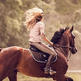 Дева (23.08.-22.09): Движението е необходимост за повечето от вас. Не е нужно да ви подтикват към занимания, които действат стимулиращо и релаксиращо за тялото и ума. Сред най-подходящите за вас спортни дейности са дългите разходки сред природата, тенис на корт, езда, риболов и градинарство. Но не подценявайте пълноценната релаксация и медитация, която е изключително полезна, когато сте пренапрегнати.