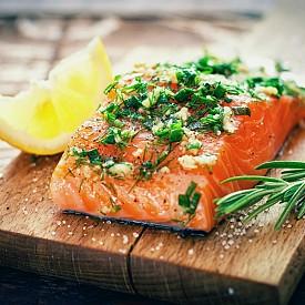 Сьомга и броколи -  Можете да си приготвите здравословна и вкусна хранителна комбинация от богатата на витамин D сьомга и богат на калций зеленчук като броколи или салата снежанка