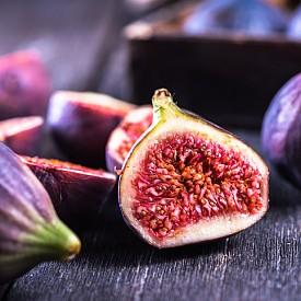 СМОКИНИ. Неслучайно формата на смокинята наподобява женските полови органи. Този плод е бил широко консумиран от жените в Древна Гърция с цел подобряване на плодовитостта. Проучвания са доказали, че смокините са една от най-ефективните храни за женското либидо, най-вече заради високото съдържание на желязо.