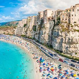 Тропеа е един от най-красивите плажове в Калабрия, Италия. Легендата гласи, че градът е основан от Херакъл, който при завръщането си от Испания останал възхитен от Брега на Боговете (Costa degli Dei), както се нарича красивата 50-километрова крайбрежна ивица на Калабрия. Град Тропеа буквално е кацнал върху 60-метрова скала. Твърди се, че навремето местните спускали лодките в морето със специални лебедки. Днес има пясъчна ивица и плаж, но в сезона трудно ще си намерите място на нея. Перфектното място за снимка и за почивка в края на май или в началото на есента.