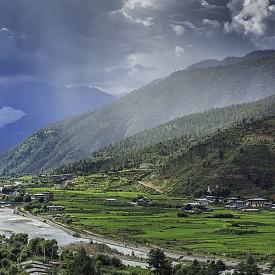 В Бутан приоритет има природата и голяма част от територията на страната е под защитата на държавата. Забранено е да се секат дървета и дори постоянно се залесява, не се внасят изкуствени торове, затова всичко което расте там е екологично чисто. В Бутан всички живеят като една общност и когато някой има нужда, останалите му помагат. Интересно е и разбирането им за работно време – там такова няма. Според бутанците потенциалът на хората се разкрива най-добре, когато една трета от времето си работят, една трета спят или медитират и една трета посвещават на любимите си хора.