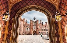 Дворецът Хемптън Корт в Ричмънд на Темза