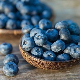 Кверцетинът, който се съдържа в боровинките, намалява податливостта към заразяване с хрема. Още повече, че боровинките са пълни с различни антиоксиданти и полезни елементи като витамин С, които стимулират имунната система и помагат на тялото да се бори с инфекциите. Свежи или замразени, те имат абсолютно едни и същи полезни качества. Консумирайте ги през цялата година, за да надвиете хремата.