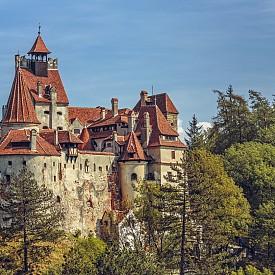 ТРАНСИЛВАНИЯ, РУМЪНИЯ Освен със замъка Бран и легендата за Дракула, която има своите корени тук, това място може да се похвали с изключителна колекция от цитадели и замръзнали във времето села. Страховито изживяване в комбинация с неповторимо пътуване във времето.