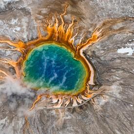 Големият призматичен извор се намира в американския национален парк Йелоустоун и определено е най-цветният воден басейн в света. Той дължи уникалните си нюанси на бактериите, които живеят в различните му части, а впечатляващите му размери го правят най-големия горещ извор в САЩ.