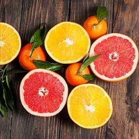 Хранително меню. Стресът буквално окислява организма, затова е добра идея да приемаме достатъчно количество естествени антиоксиданти. Също така стресът разгражда естествената флора в червата и пробиотиците са начин да противодействаме. Не на последно място е важно да получаваме достатъчно витамин D, защото под влияние на стреса по-бързо стареем. Антиоксиданти: домати, боровинки, цитруси, папая, зелен чай. Пробиотици: кисело мляко, прясно сирене, бирена мая. Витамин D: яйца, гъби, мая. Съветът на специалиста: 40 г черен шоколад на ден за 3 седмици редуцира нивото на стрес хормона кортизол, твърди д-р Роде.