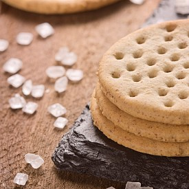 Втора закуска – крекер (солена бисквитка) със сирене. Разбъркайте 2 лъжици нискомаслена извара с различни пресни, нарязани зелени подправки (магданоз, копър, босилек, див лук), горчица, сол и пипер. Намажете върху един крекер. Около 100 калории