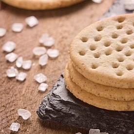 Втора закуска – крекер със сирене фета Нарежете на дребни кубчета ¼ червена чушка, смесете я с 25 г нискомаслено сирене фета (9 % масленост) и намажете тази смес на 2 пълнозърнески крекера (солени бисквитки). Сложете отгоре по 3 тънко нарязани кръгчета краставица. Около 100 калории