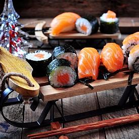 5. СУШИ: То е измислено преди векове като начин да се съхранява риба. Обвита във ферментирал ориз, морската храна издържала по-дълго, намалявайки вероятността да се развали и да доведе до гадене при консумирането й. Оризът не се ядял, той бил просто евтина опаковка. ОБРАТЪТ: От метод за консервиране обаче сушито се превърнало в ястие само по себе си. През XVII в. японците започнали да използват оцет или саке в ориза, да смаляват порциите до размерите на хапките и да предлагат сушито за хапване на място. То станало по-евтино за поръчване, а и за пренасяне. След Втората световна война все повече шеф готвачи започнали да го добавят в менюто, използвайки хубава риба, за да впечатлят посетителите.
