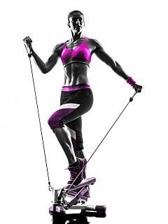 Ханш и седалище: застанете изправени и закрепете единия край на ластика към петата на стъпалото на десния крак. Другия край на ластика разтягайте с ръка, свита близо до главата. Стегнатия крак повдигнете назад, като леко балансирате с ръката в посока нагоре. Другата ръка е свободна до тялото, а с другия крак пазете равновесие.