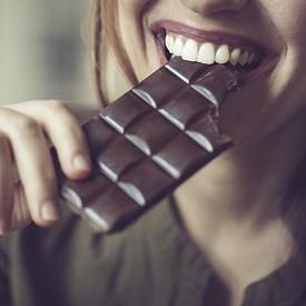 ЧЕРЕН ШОКОЛАД. Започваме с най-популярния може би афродизиак, който, както знаем, влияе пряко върху производството на т.нар. хормони на щастието (серотонин, ендорфини). Шоколадът съдържа фенилетиламин – вещество, което увеличава чувството на възбуда. Метилксантините пък повишават чувствителността на тялото към допир. Не забравяйте да изберете шоколад с минимум 70% съдържание на какао.