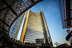 """Класацията е съставена от над 230 хиляди потребителя на Booking.com, които измежду 1021 дестинации избират онези, представляващи най-голям интерес от гледна точка на местния дизайн. В нея 5-ото място е за... МИЛАНО, Италия! Снимка: Площад """"Гае Ауленти"""", определян като """"новото лице на Милано"""", около което се издигат модерните бизнес сгради на града, включително и двата небостъргача с вертикални градини – Вертикалната гора (Bosco Verticale)."""