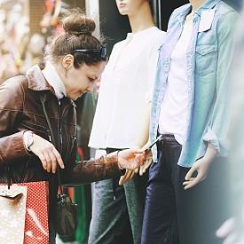 За текстил посетете Румъния!  Най-евтино в северната ни съседка се пазарува по време на сезонните намаления. Тогава марково яке може да откриете дори за 10 евро. Също така на добри цени са домашните потреби, стъклените изделия и домашният текстил.