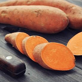 Богати на бетакаротин, сладките картофи също играят ключова роля в предпазването от хрема. При консумиране на картофите бетакаротинът, който се съдържа в тях, се превръща във витамин А, необходим за поддържането на имунната система. Яжте редовно половин или един варен или печен картоф, за да функционира по-добре имунната ви система.