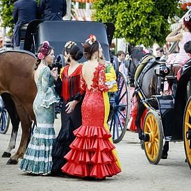 Севилки, облечени с традиционни фламенко рокли по време на Априлския фестивал.