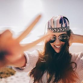 Не излагайте косата прекалено дълго на слънце, ако е възможно, дори не я излагайте въобще! UV лъчите се отразяват на косъма така, както и на кожата, с тази разлика, че последствията се забелязват по-късно. Пролетта е времето, в което трябва да се погрижите за косата и да я пазите с кърпа или шапка.