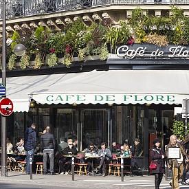 CAFE DE FLORE  В знак на приятелско съперничество със своя съсед Les Deux Magots, през 1994 г. Café de Flore основава своя годишна литературна награда – Prix de Flore, която се присъжда на обещаващи автори на литература на френски език. Café de Flore добавя към паричната награда интересно допълнение: чаша бяло вино Pouilly-Fume тук за всеки ден от годината. Любимо място на Хемингуей, Сартр, Симон де Бовоар, както и на Пабло Пикасо. Адрес: 172 Boulevard Saint-Germain