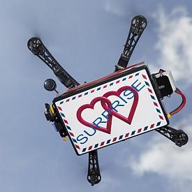 """ИЗПОЛЗВАЙТЕ ДРОН / Изпратете любовно послание, като използвате технически иновации. Дронът е една от най-достъпните. Напишете любовното си писмо, поставете го на """"летящия си помощник"""" и го изпратете право в офиса на любимия си. Точно такова признание в любов няма да е от най-очакваните. Важното е да не сбъркате адреса."""