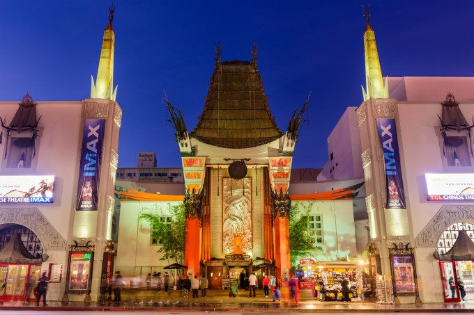 "Grauman's Chinese Theater на ""Холивуд Булевард"", където по..."