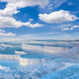 Памуккале в Турция определено има всички качества, за да бъде определен за една от най-сюреалистичните природни забележителности. Белите скали, които сякаш са покрити със сняг, всъщност крият топли минерални изводи, а характерният девствен цвят се е получил благодарение на съдържащия се във водата калциев окис.
