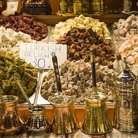 """Сладките изкушения на Турция /  Една от съседките ни е готова да ви предложи невероятно кулинарно преживяване. Турската кухня е известна с невероятно вкусните си десерти. Запазена марка са баклавата и локумът.   Заведението, което си заслужава да посетите, е с името """"Байлан"""", а това, което непременно трябва да се опита, е """"Куп грие"""" - сладолед с карамел, орехи и сметана."""