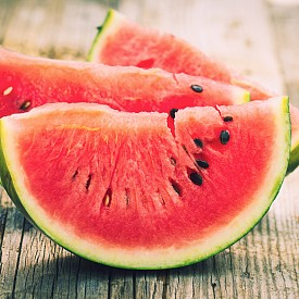 Диня и халуми -  Когато ядете храна с висок гликемичен индекс, глюкозата се освобождава бързо в кръвта. Добавяйки източник на протеини или фибри, вие забавяте този процес и така можете да поддържате по-стабилни нива на кръвната захар.
