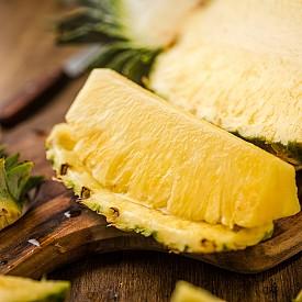 Втора закуска – 175 г пресен ананас, нарязан на парченца. Около 100 калории.