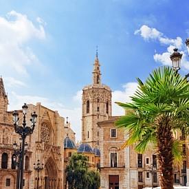 Побързайте с резервациите, защото през март във Валенсия се провежда уникалният празник Las Fellas. В рамките на цял месец улиците на града се превръщат в сцена с много музика, танци, фойерверки и... паеля, най-популярното ястие във Валенсия. За повече информация www.fellas.com.