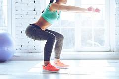"""1) КЛАСИЧЕСКИ КЛЕК: Идеални за натоварване на глутеусите, стига те да не са """"заспали"""" (иначе натоварването ще е върху бедрата и кръста). За да ги активирате, поставете ръце на таза и целенасочено свийте мускулите там 15-20 пъти, преди да пристъпите към клековете. При тях тежестта на тялото е върху петите, като ходилата са на линията на раменете. При свиването коленете сочат напред и не преминават отвъд линията на пръстите. Изправете и повторете 20 пъти."""