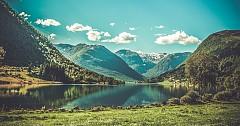 ФИОРДИТЕ / Безспорно това уникално явление, подарено на Норвегия от природата, е визитната картичка на тази страна. Преди няколко години списание National Geographic призна фиордите на Норвегия за най-добрата туристическа дестинация в света. Три са най-известните сред тях: Гейрангер, Согне и Хардангер.