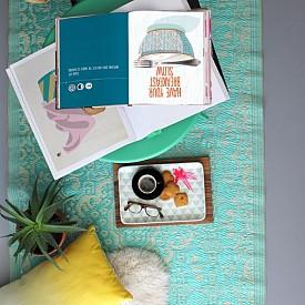 Превърнете пода в кът за четене с помощта на няколко възглавници и меки постелки и завивки.