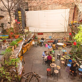 Първият бар в руини в Будапеща Szimpla Kert