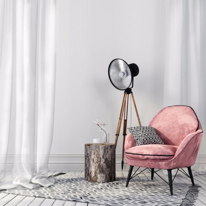 Цветният стол привлича вниманието към къта с...