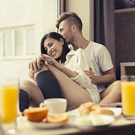 НОЩ НА НОВО МЯСТО / Това често е желание и на двамата – най-лесният начин да освежите връзката си. Няма нужда да чакате уикенда или да пътувате извън града. Просто резервирайте стая в някой от хубавите хотели във вашия град. Ще се почувствате така, сякаш сте пътували. Уговорете си среша направо там.